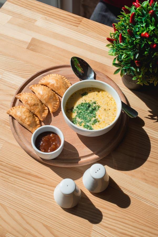 Una minestra deliziosa della crema del pollo dal cuoco unico immagine stock