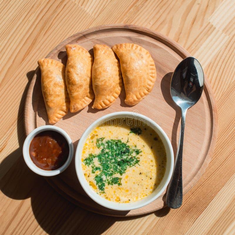 Una minestra deliziosa della crema del pollo dal cuoco unico fotografie stock libere da diritti