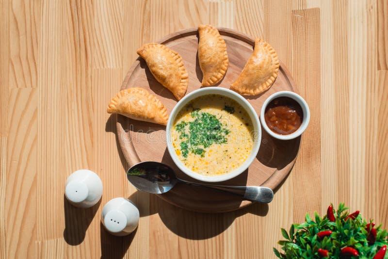 Una minestra deliziosa della crema del pollo dal cuoco unico fotografia stock libera da diritti