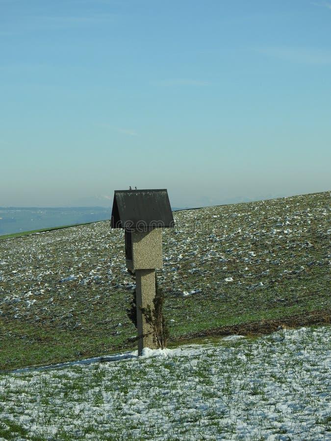 Una mini capilla en la colina en la región de Alfalfa imagen de archivo libre de regalías