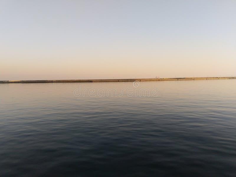 Una mirada en el horizonte del puerto de Sassnitz fotografía de archivo
