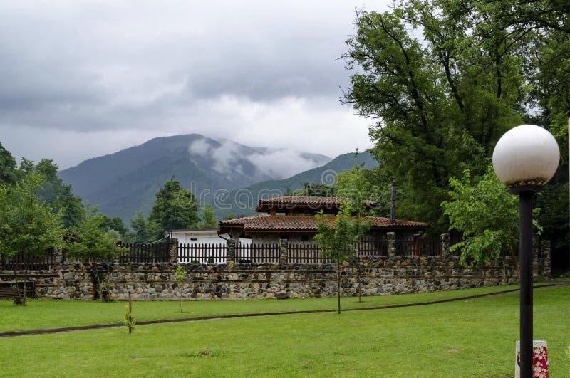 Una mirada en las casas con las estufas del ladrillo para la barbacoa para el uso de turistas en el parque de Rila fotos de archivo libres de regalías