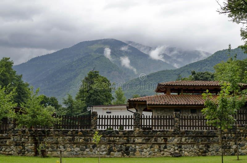 Una mirada en las casas con las estufas del ladrillo para la barbacoa para el uso de turistas en el parque de Rila imágenes de archivo libres de regalías