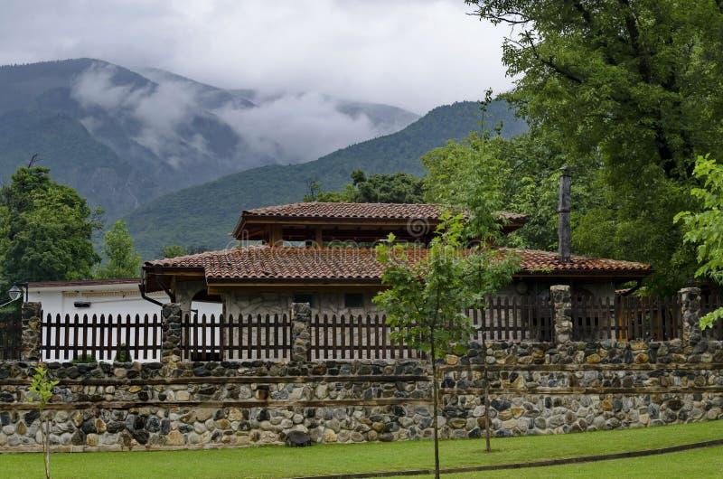 Una mirada en las casas con las estufas del ladrillo para la barbacoa para el uso de turistas en el parque de Rila imagen de archivo libre de regalías
