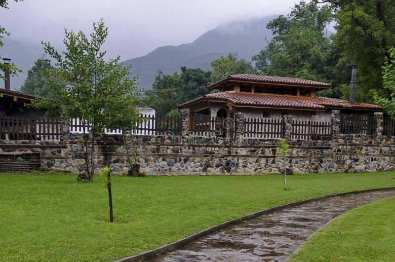 Una mirada en las casas con las estufas del ladrillo para la barbacoa para el uso de turistas en el parque de Rila imagenes de archivo