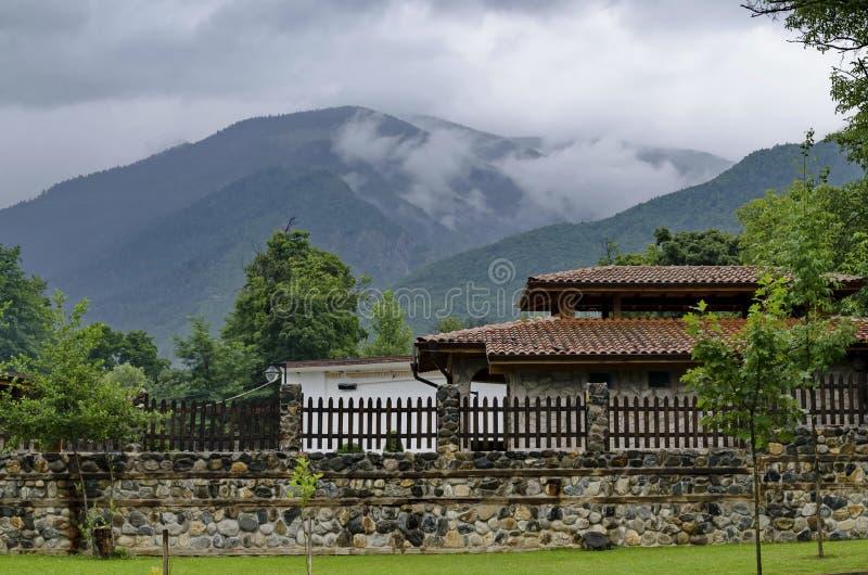 Una mirada en las casas con las estufas del ladrillo para la barbacoa para el uso de turistas en el parque de Rila imagen de archivo