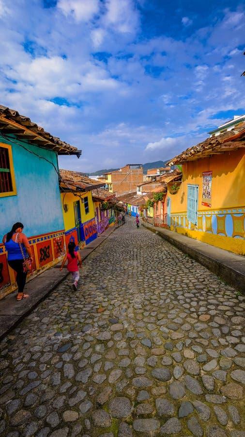 Una momia y su niño que caminan en las calles coloridas de Guatapé, Colombia fotos de archivo libres de regalías