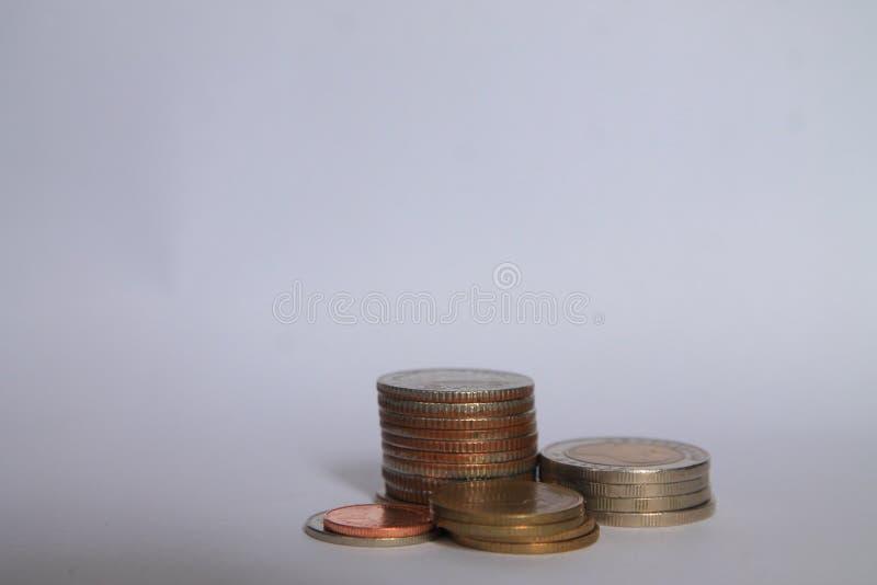 Una moneda es un gráfico en un fondo blanco Las ideas del negocio añaden una columna a sus ahorros idea del concepto de las activ fotografía de archivo
