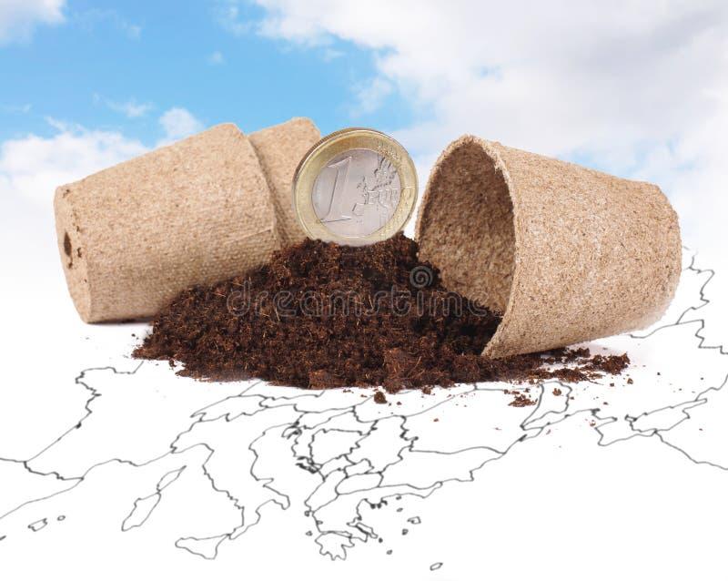 Una moneda euro en el concepto del crecimiento de la economía del suelo fotos de archivo
