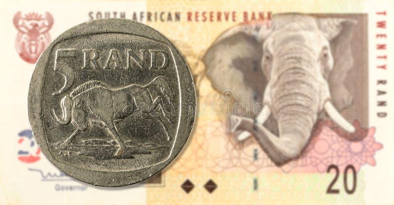 una moneta da 5 bordi contro il complemento della banconota da 20 Rand sudafricani immagine stock