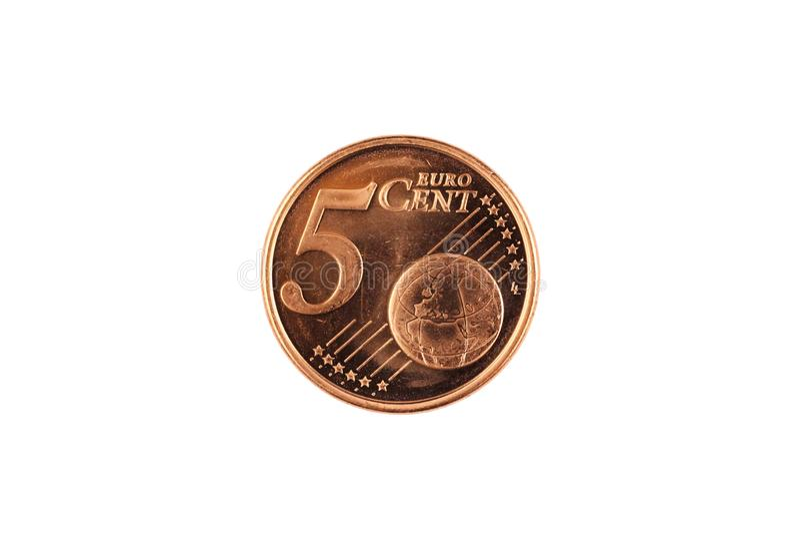 Una moneta dell'euro centesimo cinque isolata su un fondo bianco immagini stock