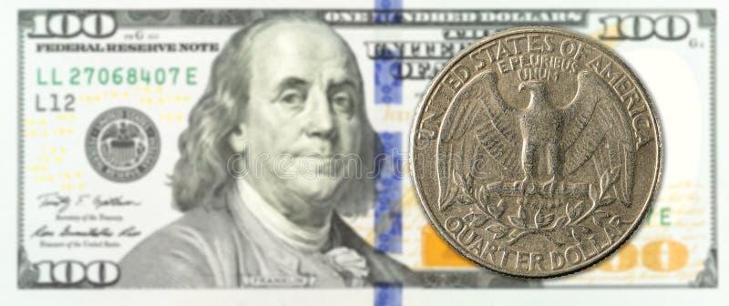 Una moneta di un quarto di dollaro contro il complemento della banconota di 100 dollari fotografie stock