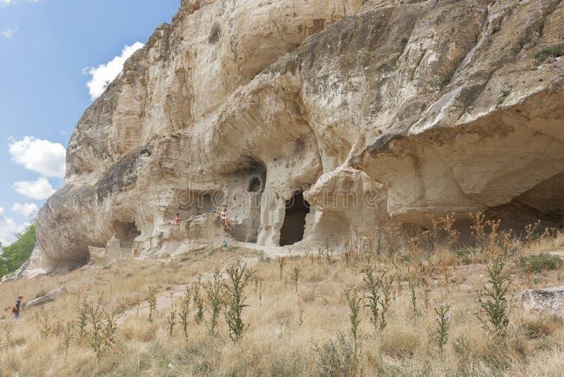 Una montaña con una cueva en la col rizada de Chufut, un destino turístico foto de archivo