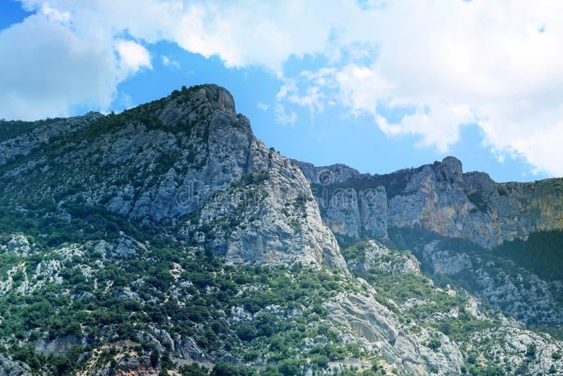 Una montaña durante un día soleado imagen de archivo