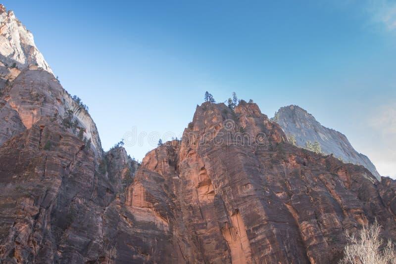 Una montaña que une con el sol para formar una imagen preciosa foto de archivo