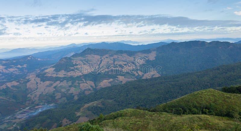 Una montagna di 3 alberi al viaggio di Phayao Tailandia del punto di vista del parco nazionale di Phu Langka fotografie stock