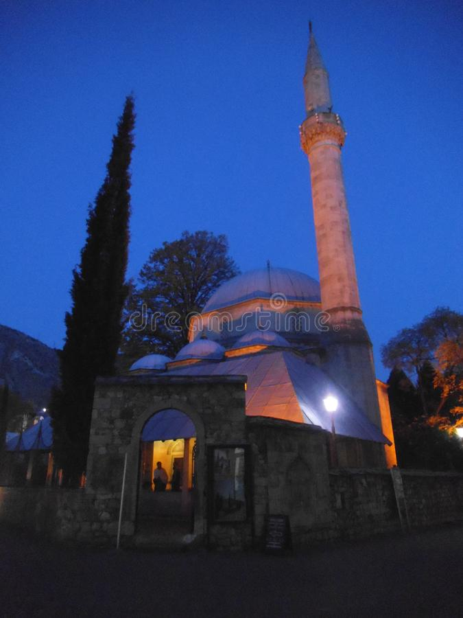 Una moschea nella notte a Mostar fotografie stock libere da diritti