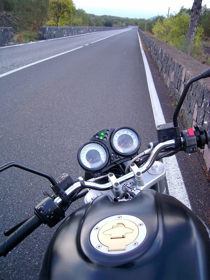 Una moto en el camino foto de archivo