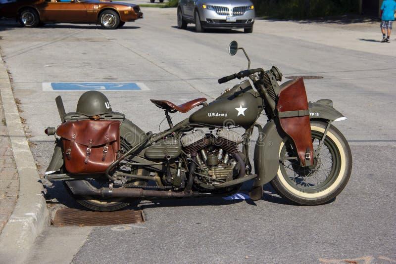 Una motocicleta vintage del Ejército de los Estados Unidos en un espectáculo de automóviles en un pueblo pequeño foto de archivo