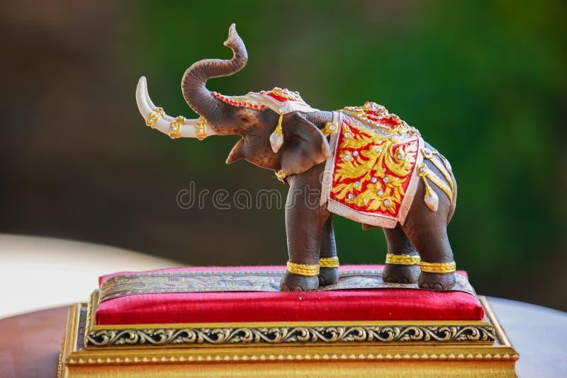 Una muñeca del elefante que se viste con los accesorios tailandeses de la tradición del reino imagen de archivo