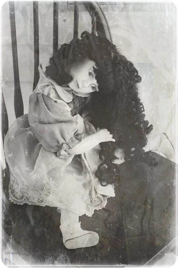 Una muñeca rota espeluznante de China imagen de archivo
