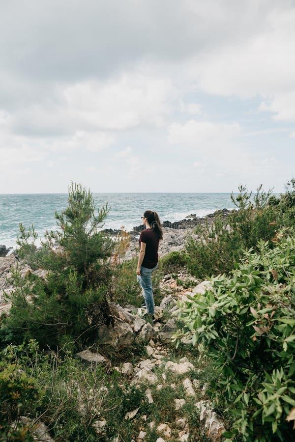 Una muchacha admira el mar imagen de archivo libre de regalías