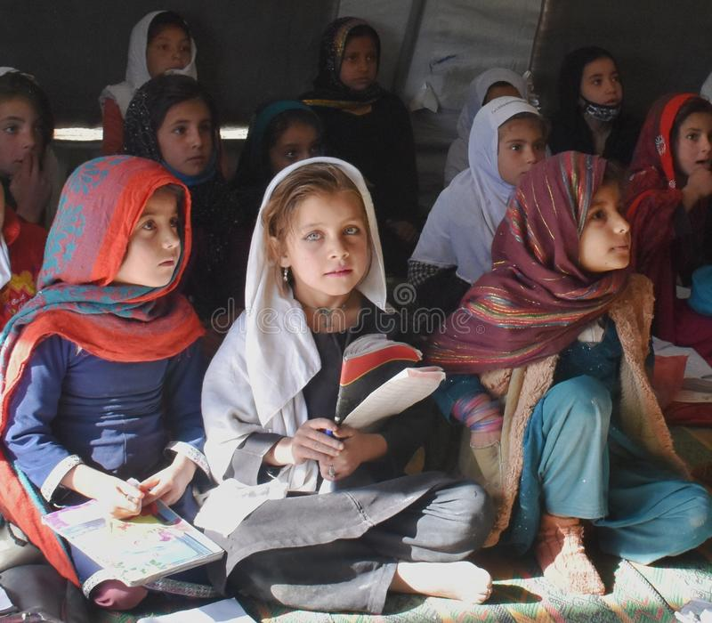 Una muchacha afgana con los ojos atractivos imagen de archivo