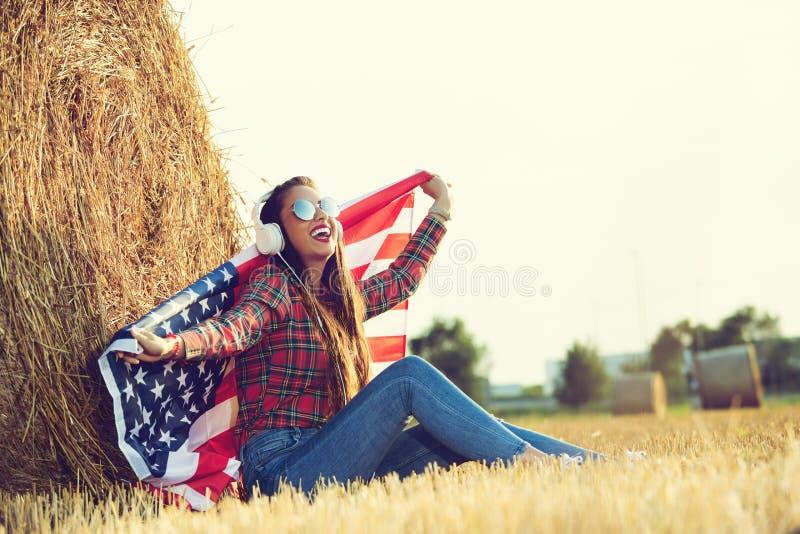 Una muchacha americana que disfruta de vida en el campo fotos de archivo