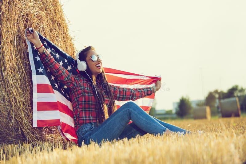 Una muchacha americana que disfruta de vida en el campo imagenes de archivo