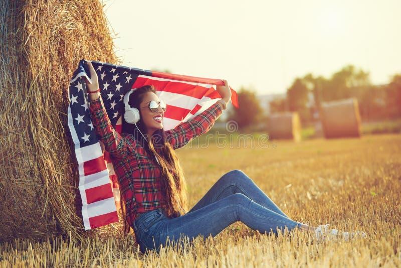 Una muchacha americana que disfruta de vida en el campo imagen de archivo libre de regalías