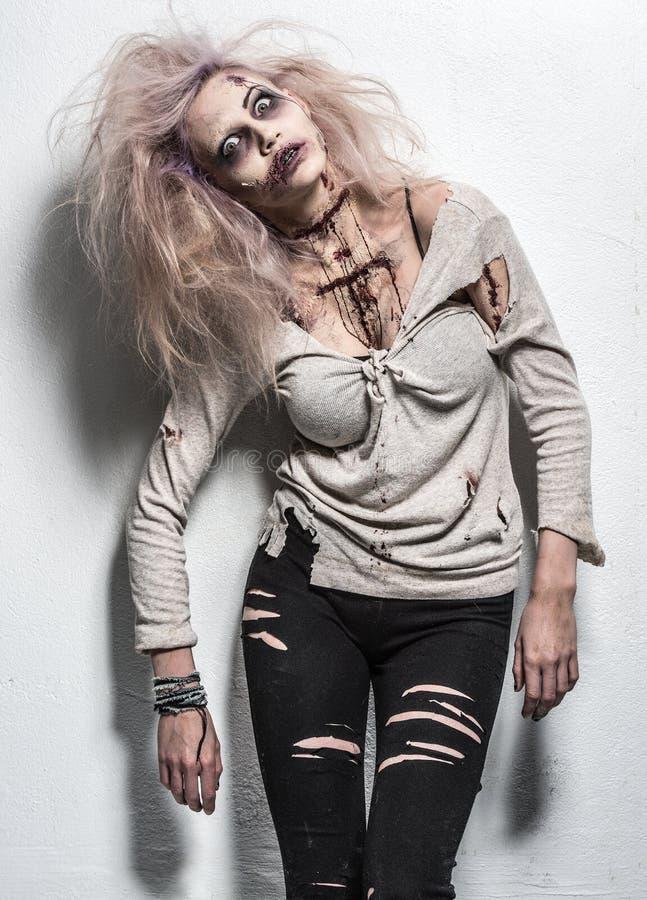 Una muchacha asustadiza del zombi fotografía de archivo libre de regalías