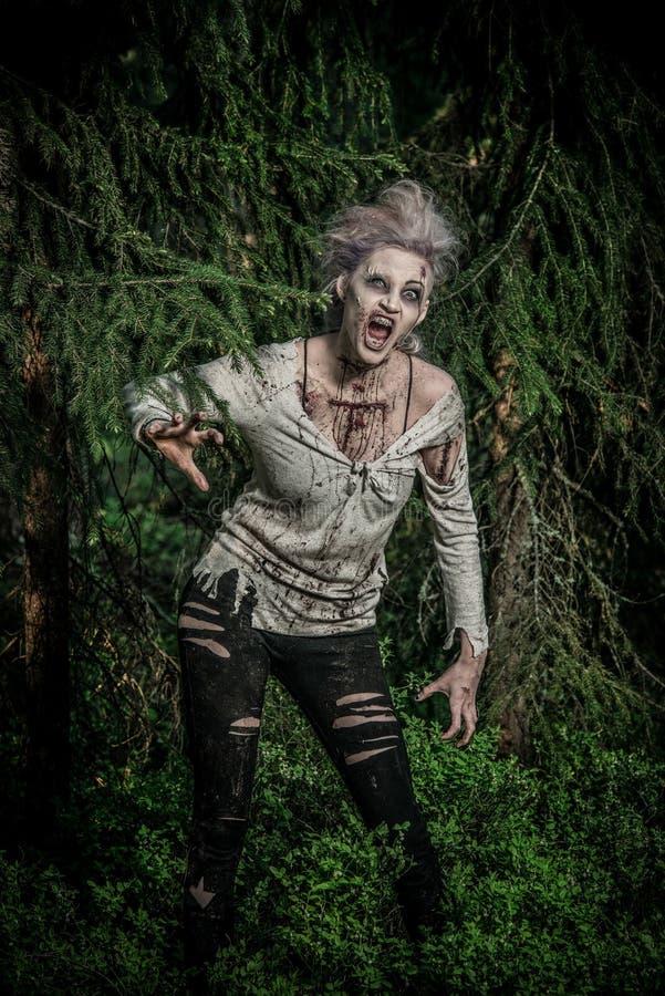Una muchacha asustadiza del zombi fotos de archivo