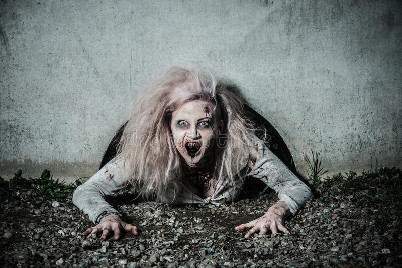 Una muchacha asustadiza del zombi de los undead fotografía de archivo
