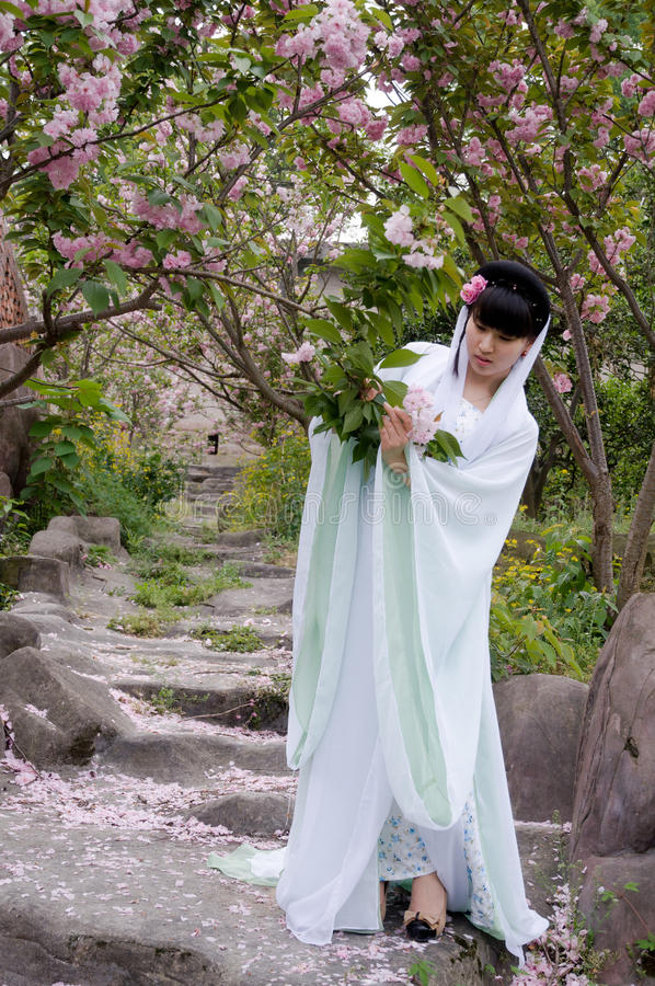 Una muchacha china vestida en traje antiguo fotos de archivo
