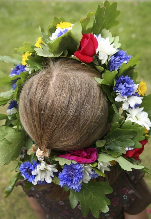 Una muchacha con la guirnalda de la flor fotos de archivo