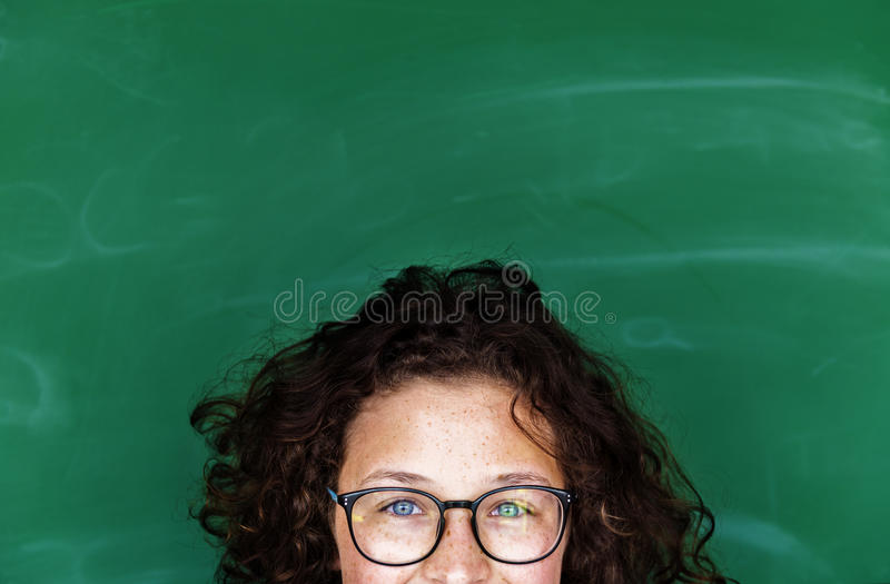 Una muchacha con las lentes y la pizarra foto de archivo libre de regalías