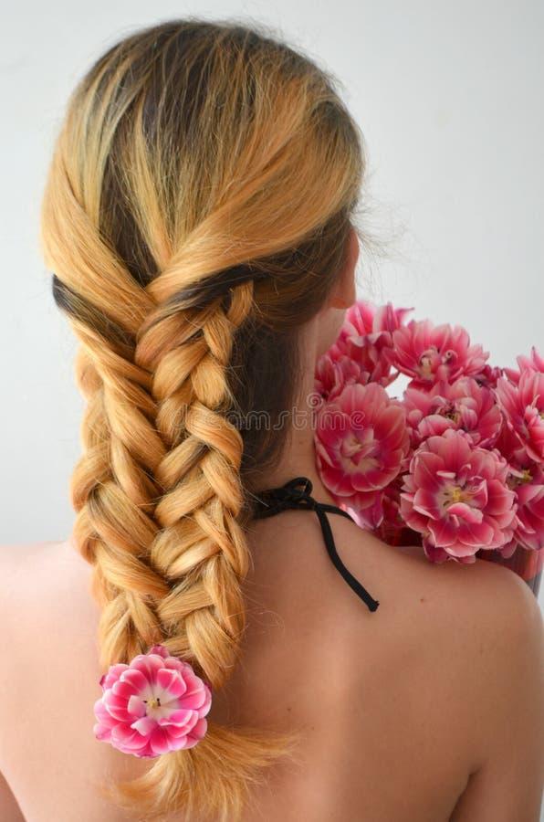 Una muchacha con los hairdress hermosos con un ramo de tulipanes es una clase de Columbus imagen de archivo