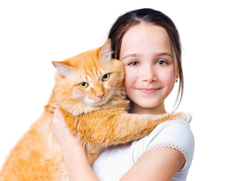 Una muchacha con un gato rojo grande imagen de archivo
