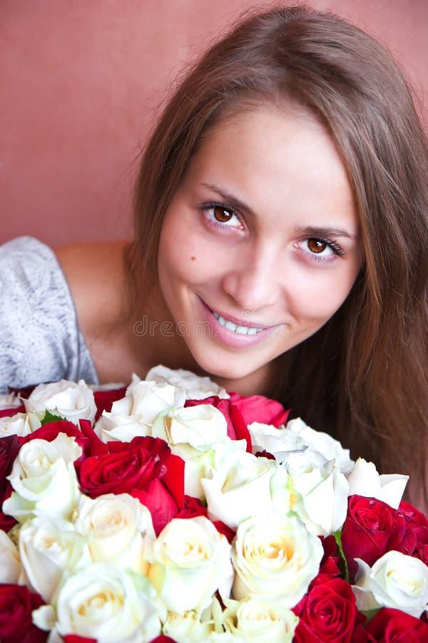 Una muchacha con un ramo de rosas. imagen de archivo libre de regalías