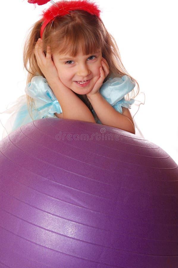 Una muchacha con una bola imagen de archivo libre de regalías