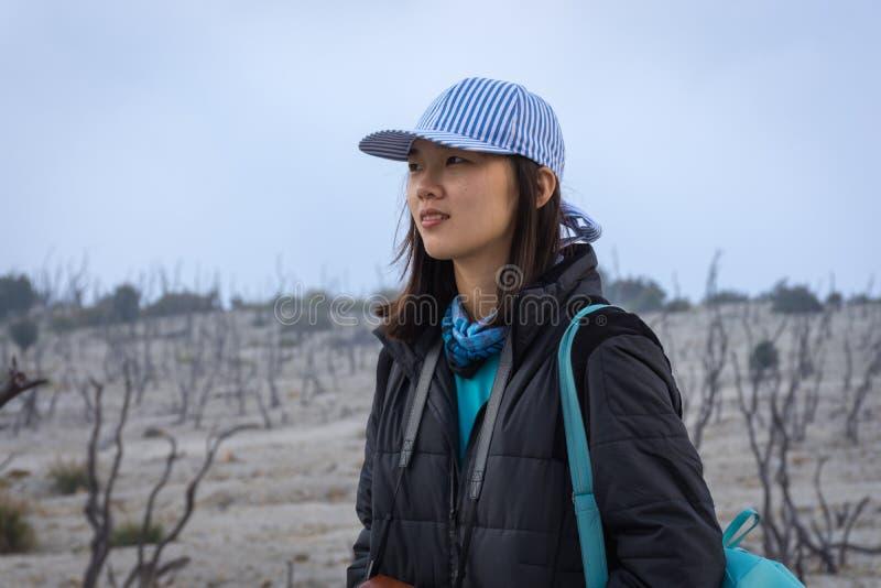Una muchacha coreana joven está disfrutando de la belleza de la montaña de Papandayan La monta?a de Papandayan es una del lugar p fotografía de archivo