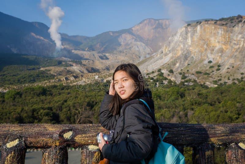 Una muchacha coreana joven está disfrutando de la belleza de la montaña de Papandayan La monta?a de Papandayan es una del lugar p fotografía de archivo libre de regalías