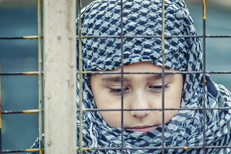 Una muchacha del refugiado del este en un pañuelo imagenes de archivo