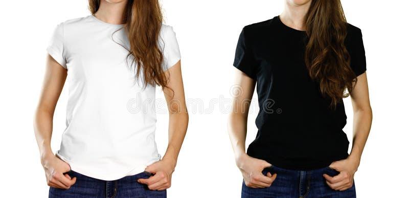 Una muchacha en una camiseta blanca y negra vacía Front View Cierre para arriba Aislado en el fondo blanco imagenes de archivo