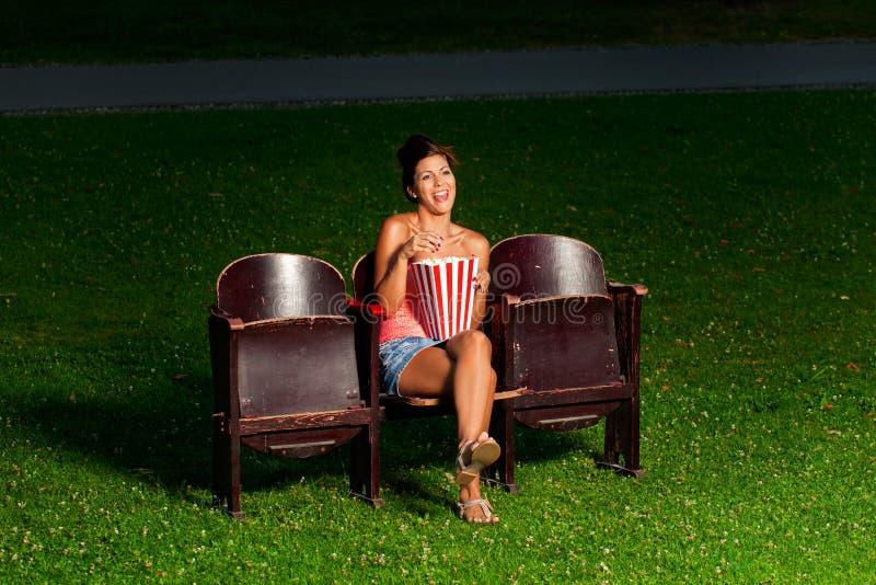 Una muchacha en cine exterior fotos de archivo libres de regalías