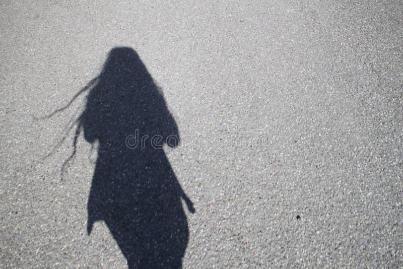 Una muchacha en el camino fotografía de archivo
