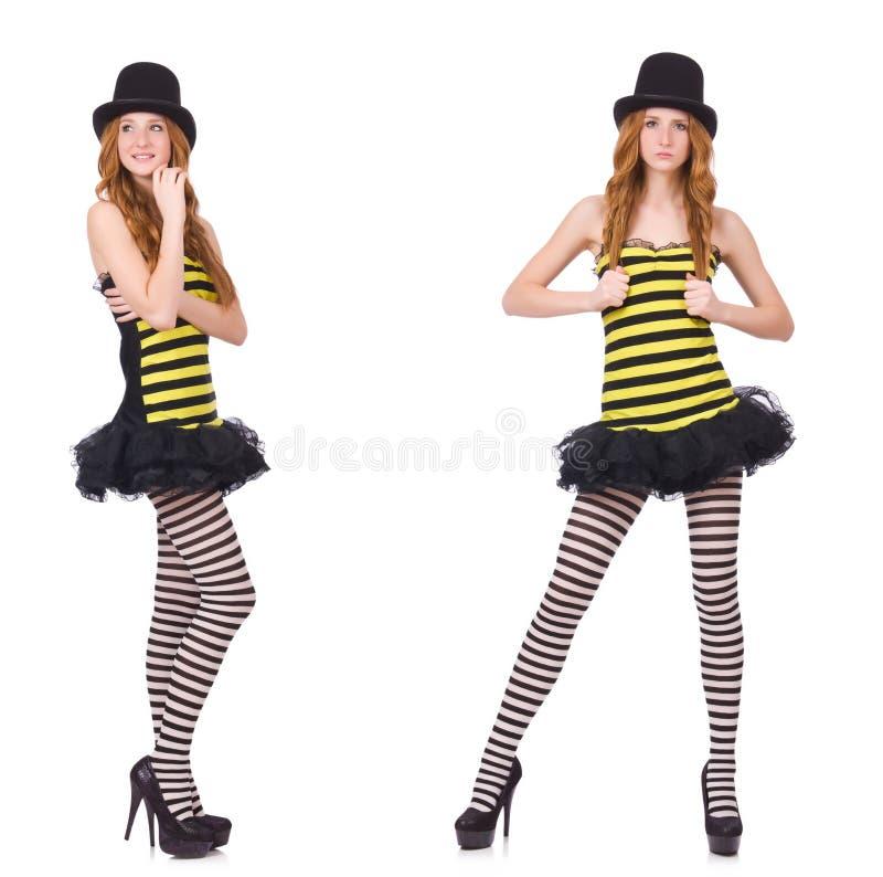 Una muchacha en el vestido rayado negro y amarillo aislado en blanco imagenes de archivo