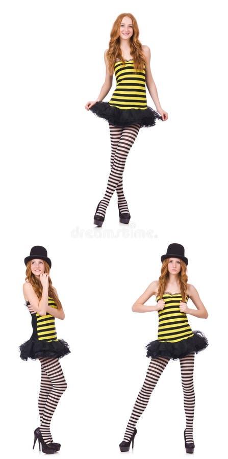 Una muchacha en el vestido rayado negro y amarillo aislado en blanco imagen de archivo