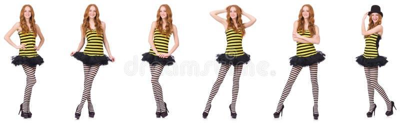 Una muchacha en el vestido rayado negro y amarillo aislado en blanco imagen de archivo libre de regalías