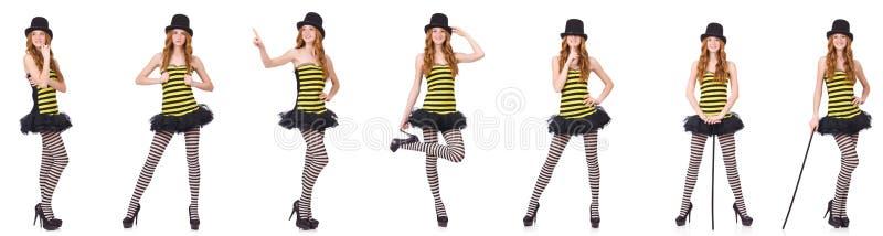 Una muchacha en el vestido rayado negro y amarillo aislado en blanco imágenes de archivo libres de regalías